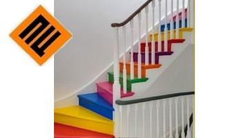 Украшение лестницы красочными обоями